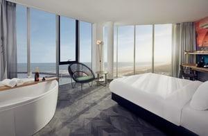 luxe hotelkamer met jacuzzi en sauna