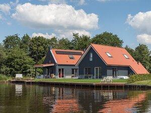 vakantiehuis friesland aan het water met boot