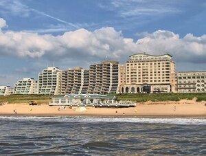 hotel aan de kust met hond