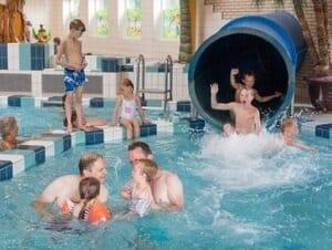 vakantiepark met subtropisch zwembad en indoor speeltuin