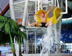 vakantiepark met subtropisch zwembad aan zee